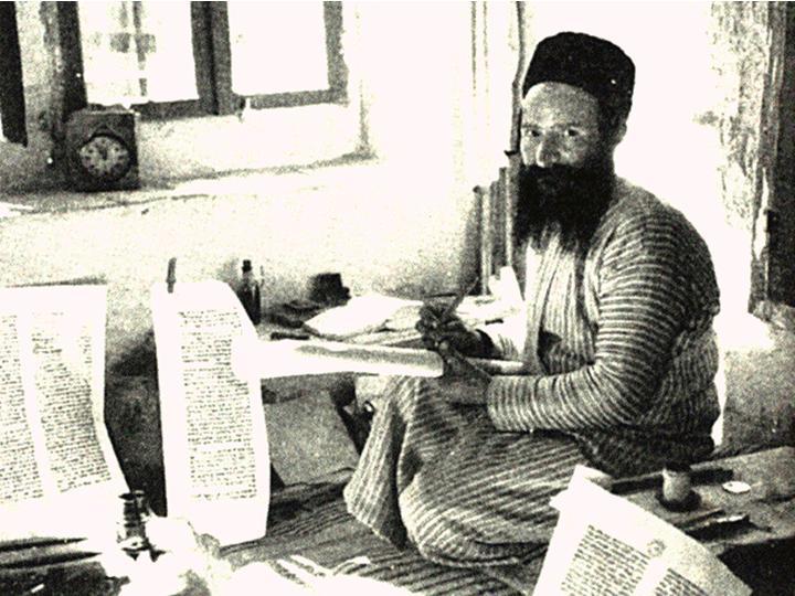 Jødisk skriver, skriver Torahen og Tanach - Bibelen - for hånd på bokruller